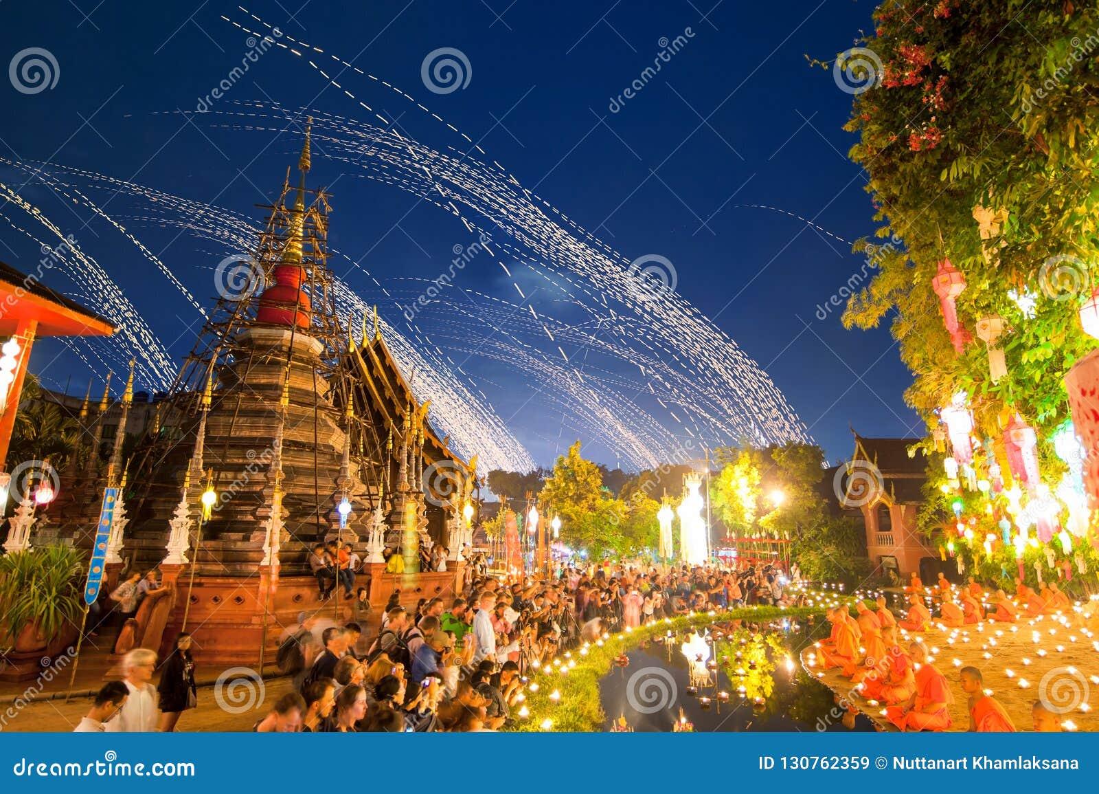 Principiantes que sentam uma meditação no festival do kratong de Loy em Wat Pan