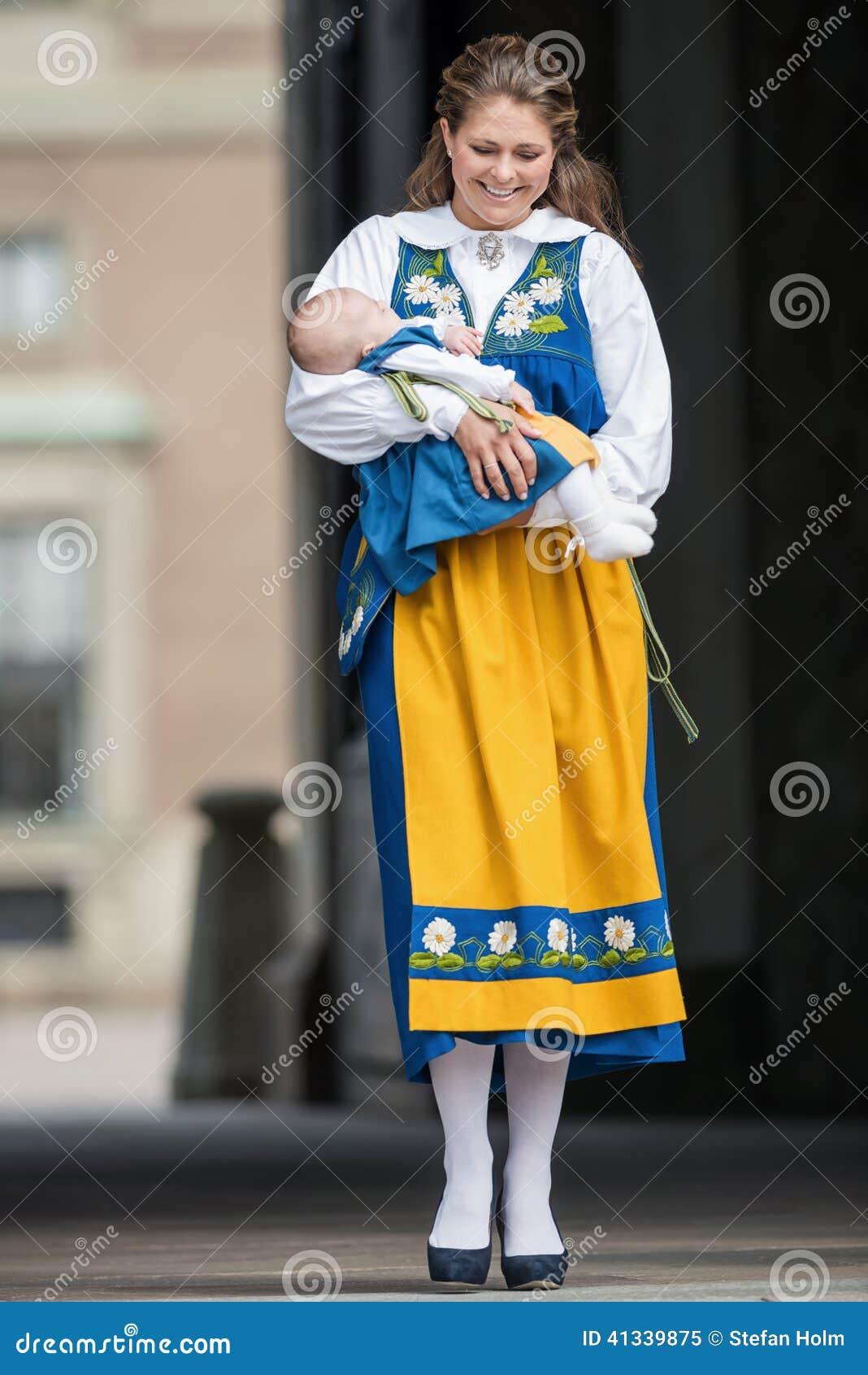 Prinses Madeleine Van Zweden Met Prinses Leonore In Haar