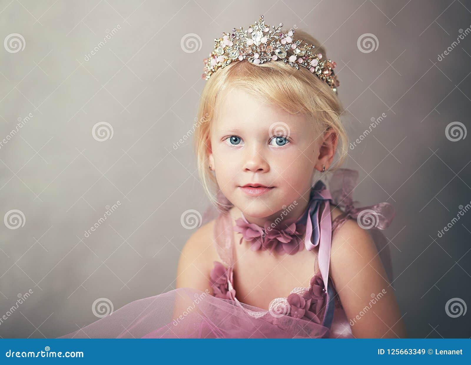 Prinses in roze kleding