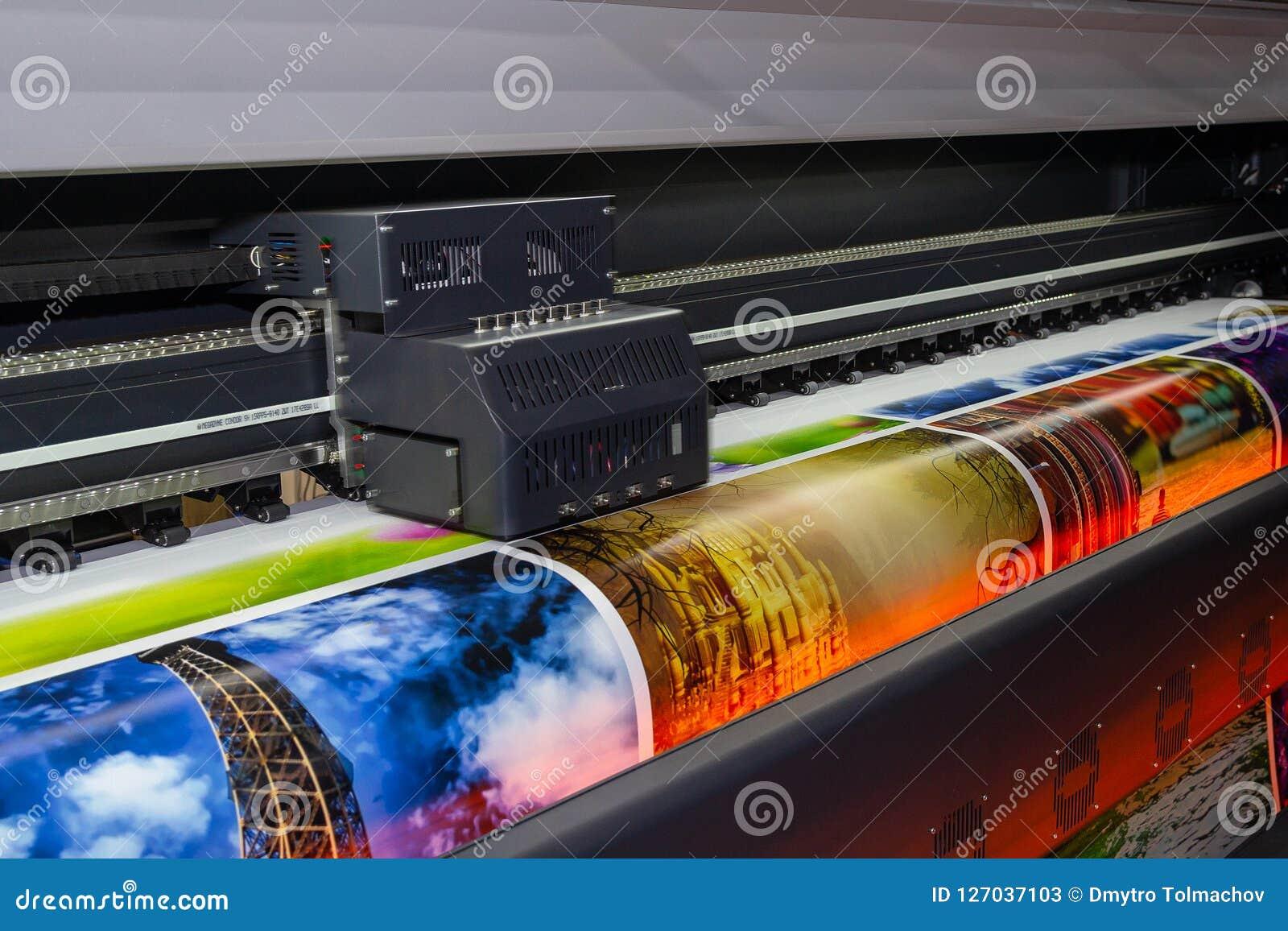 Printingmaskin för stort format i operation
