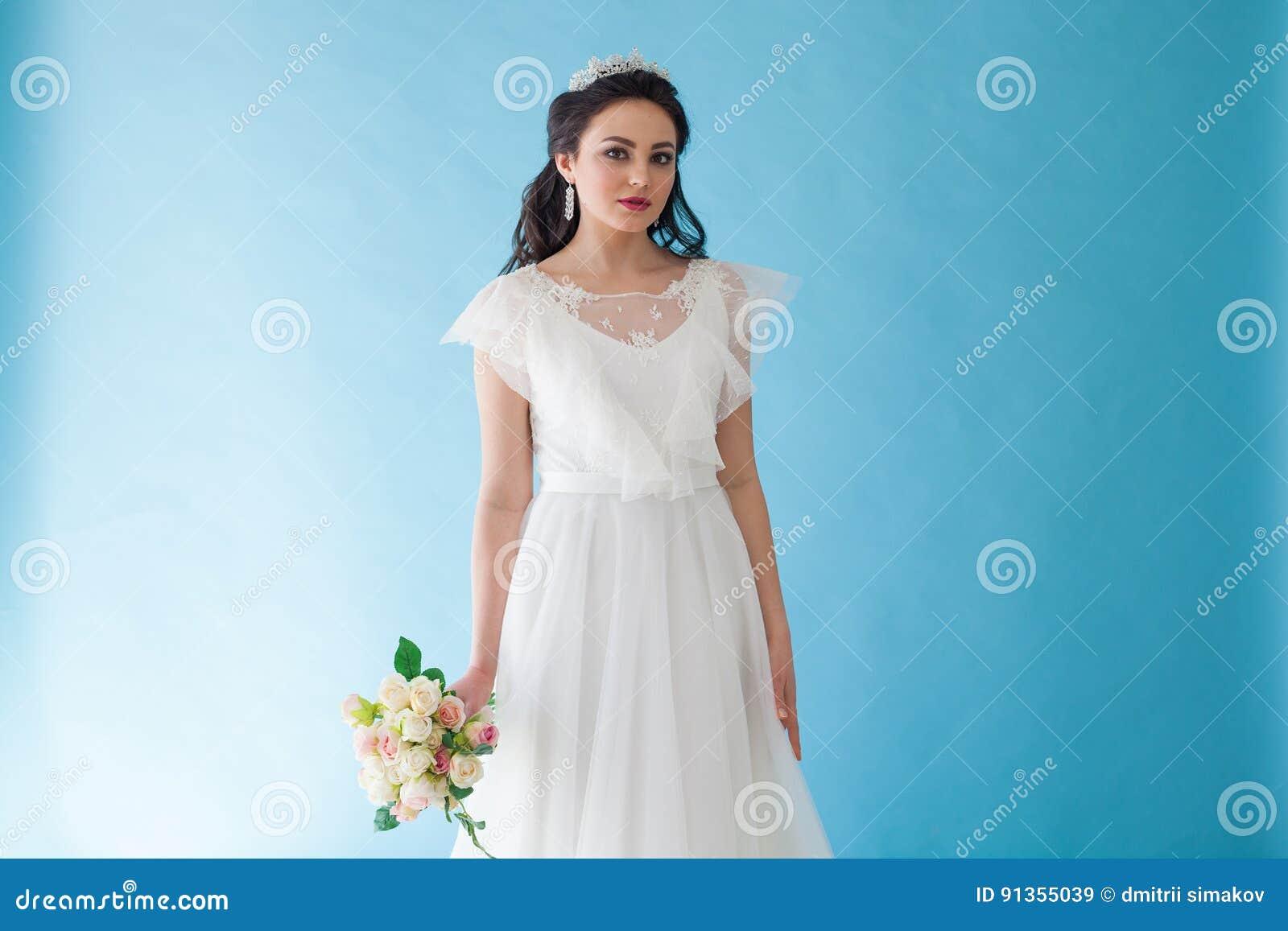 Prinzessin Bride In Einem Weißen Kleid Mit Einer Krone Auf Einem ...