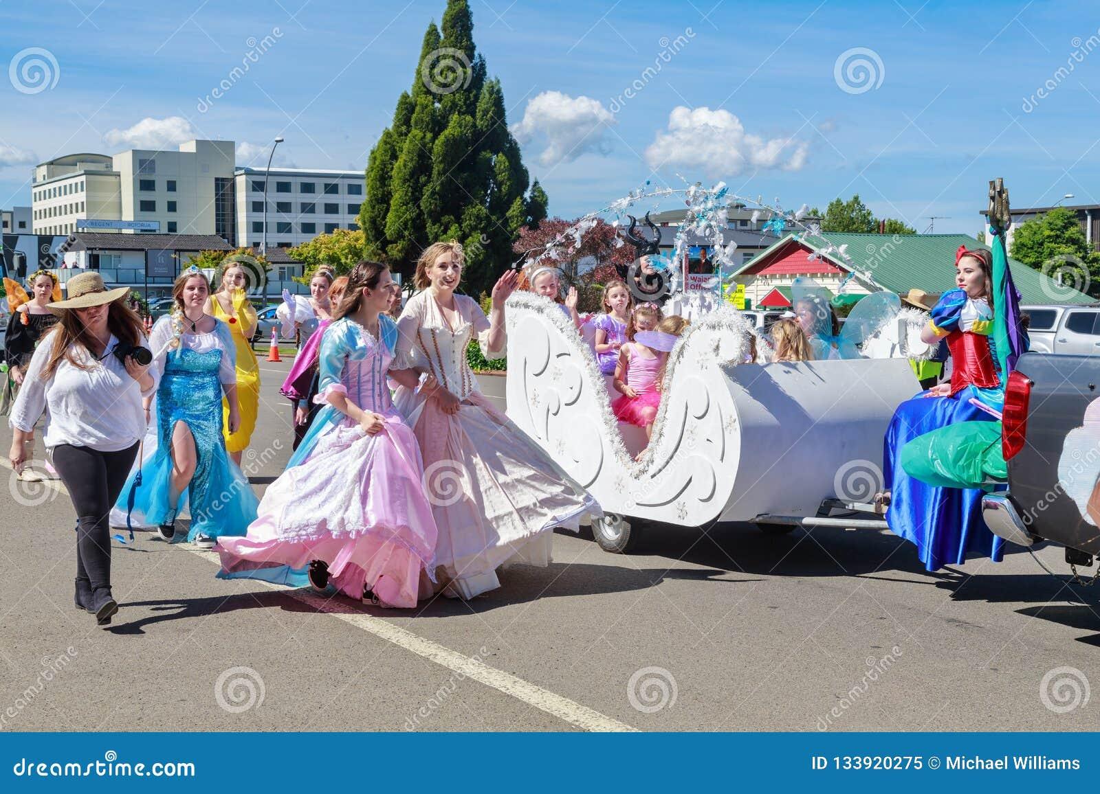 Prinzessinnen auf Parade an der Weihnachtszeit Rotorua Neuseeland