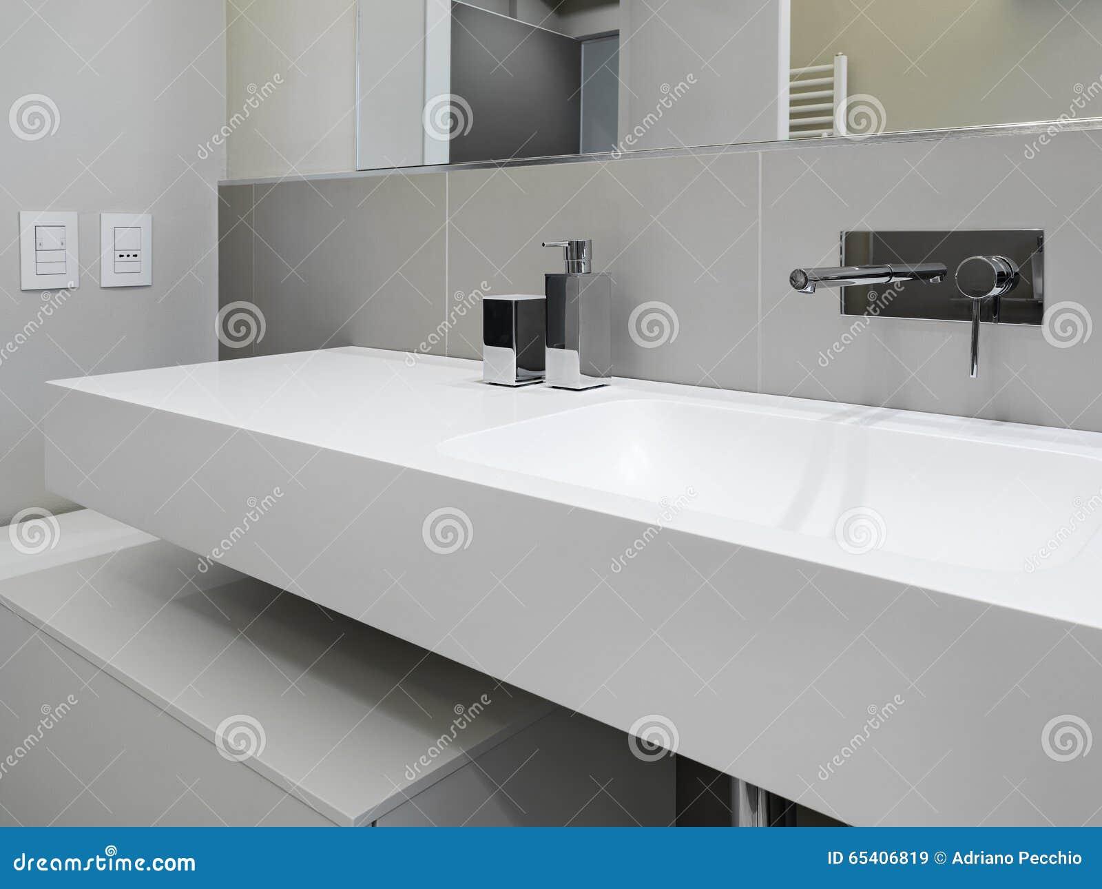 Priorità alta di un lavandino in un bagno moderno immagine stock