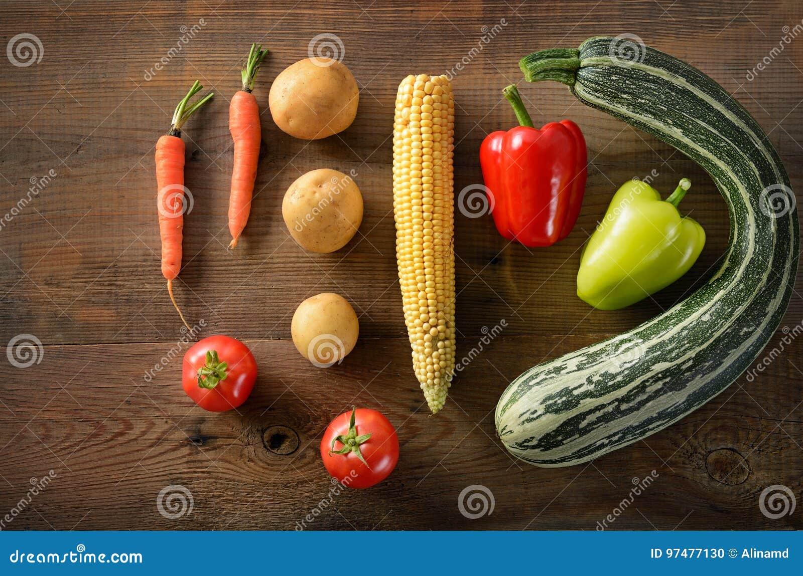 Priorità bassa sana dell alimento Verdure differenti su vecchio tabl di legno