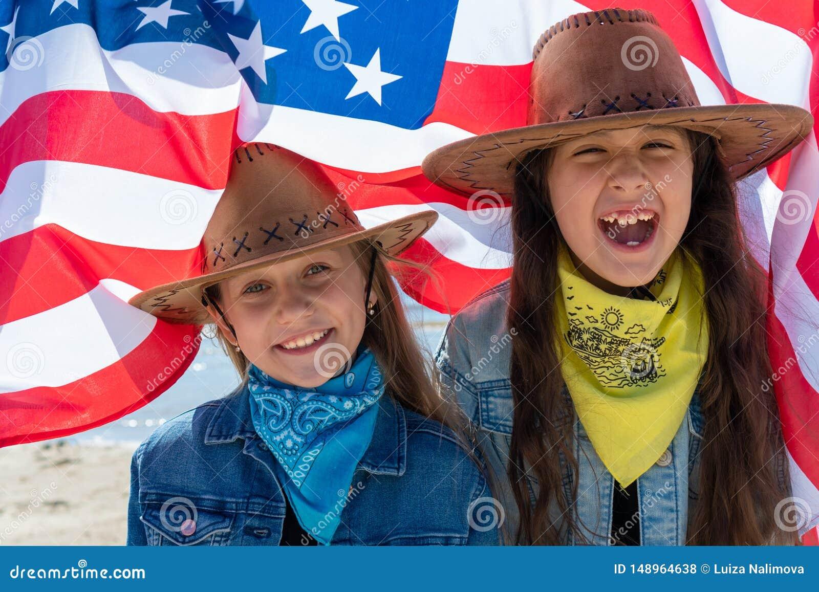 Priorit? bassa del grunge di indipendenza Day Festa patriottica Bambini felici, due ragazze sveglie con la bandiera americana cow