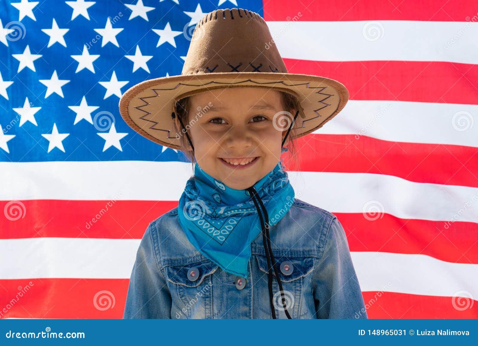 Priorit? bassa del grunge di indipendenza Day Festa patriottica Bambino felice, ragazza sveglia del piccolo bambino con la bandie