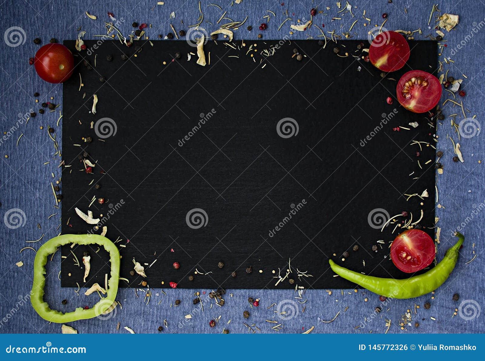 Priorit? bassa dell alimento Verdure fresche dell agricoltore alla tavola scura del beton Spazio per testo