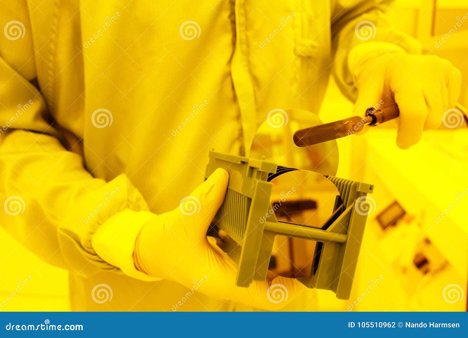 Prise d une grande gaufrette hors d un plateau avec une brucelles de vide