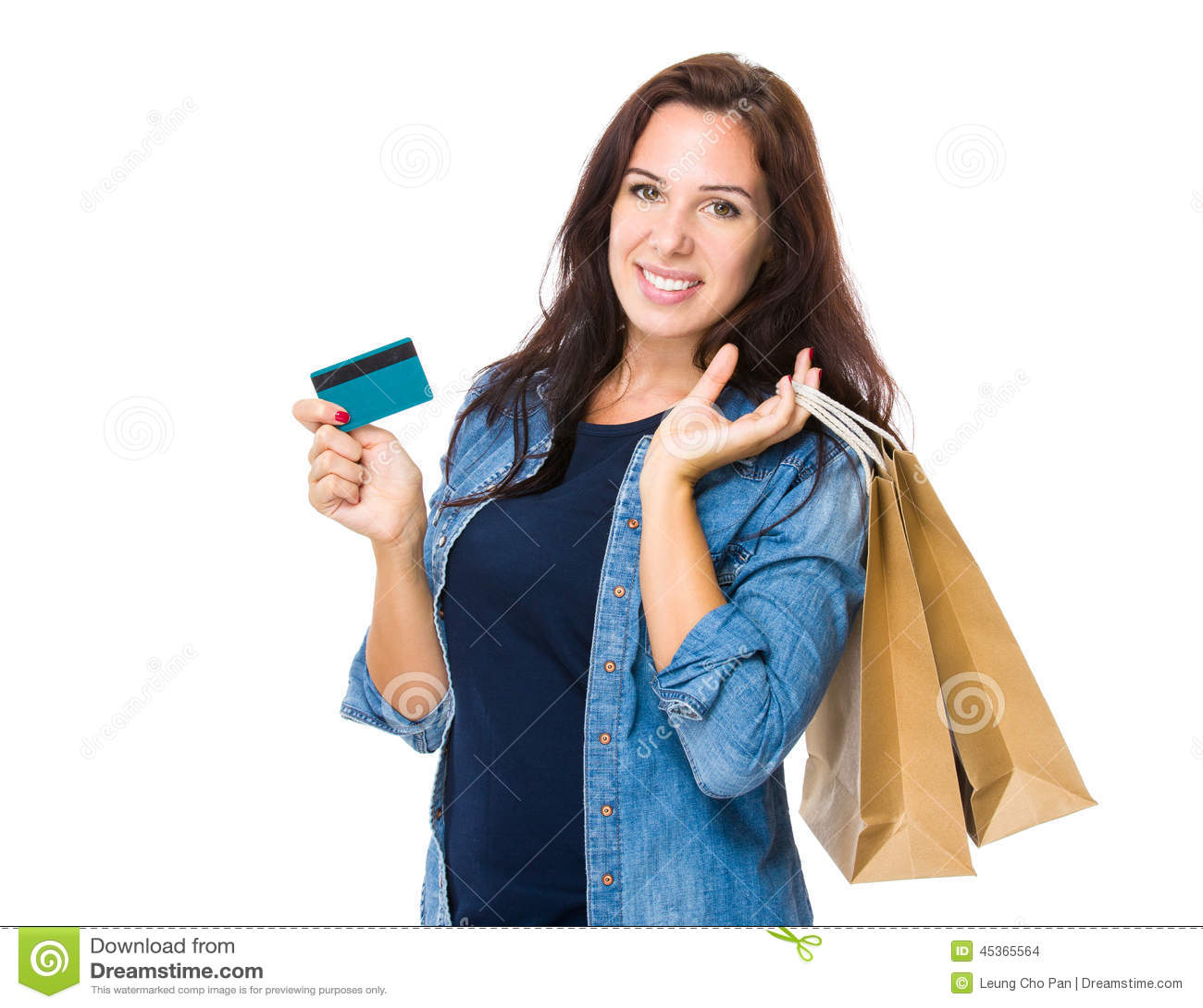 Prise de femme d achats avec le panier et la carte de crédit