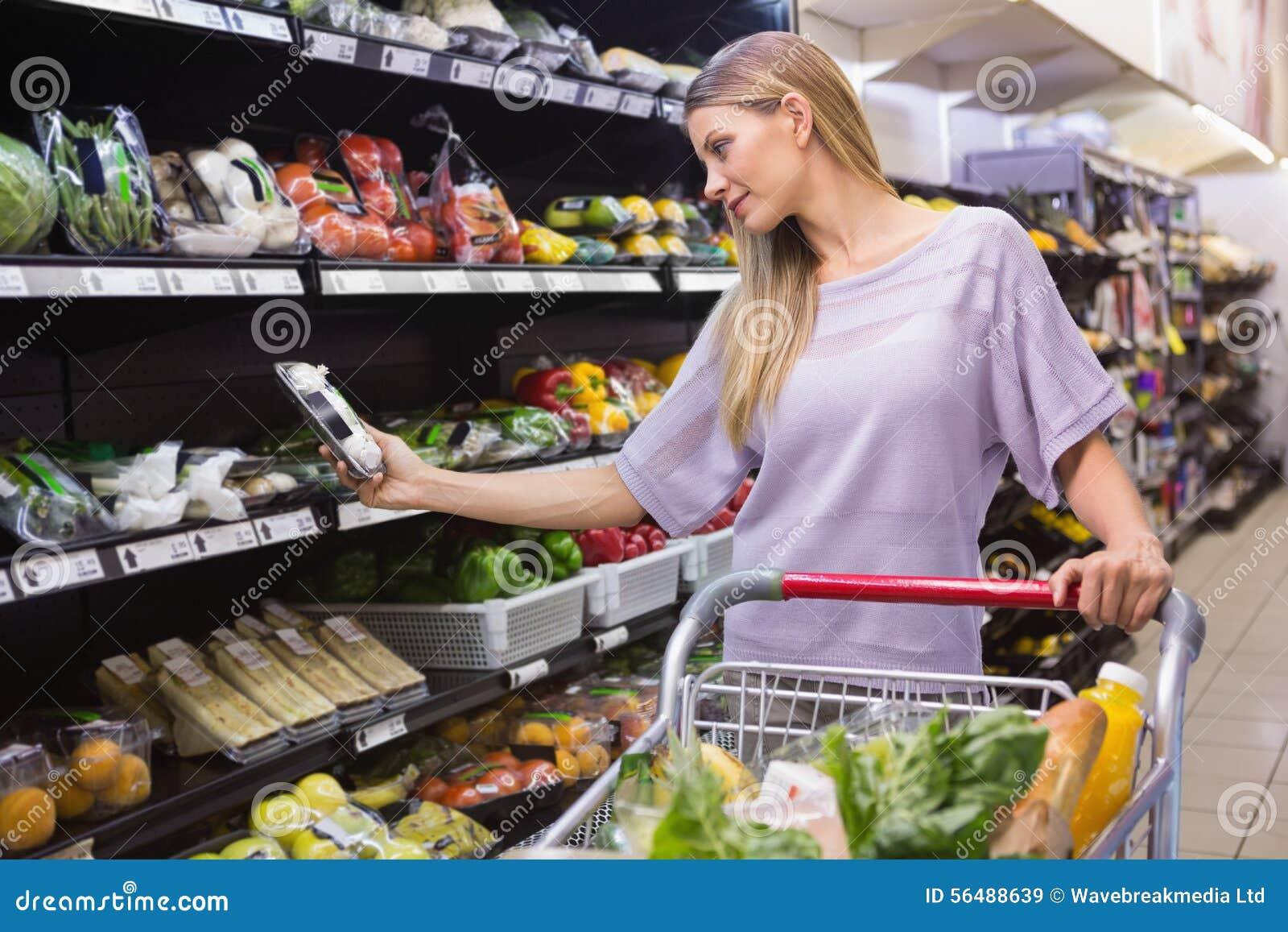 Prise de sourire de femme légumes dans le bas-côté