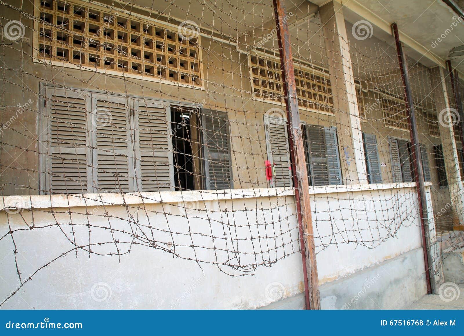 Prisión con la cerca del alambre de púas