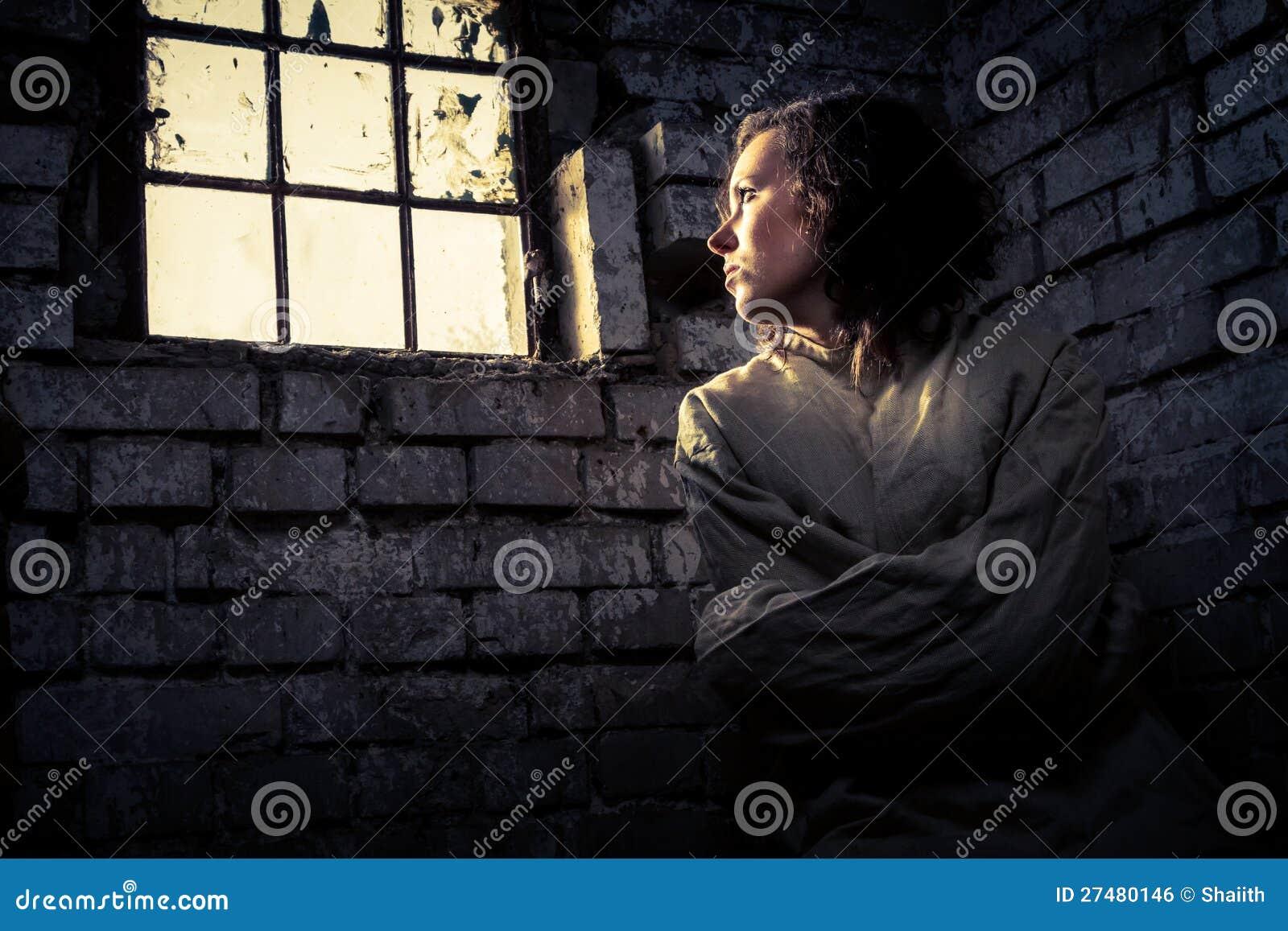 Prisonnière de femme dans une camisole de force