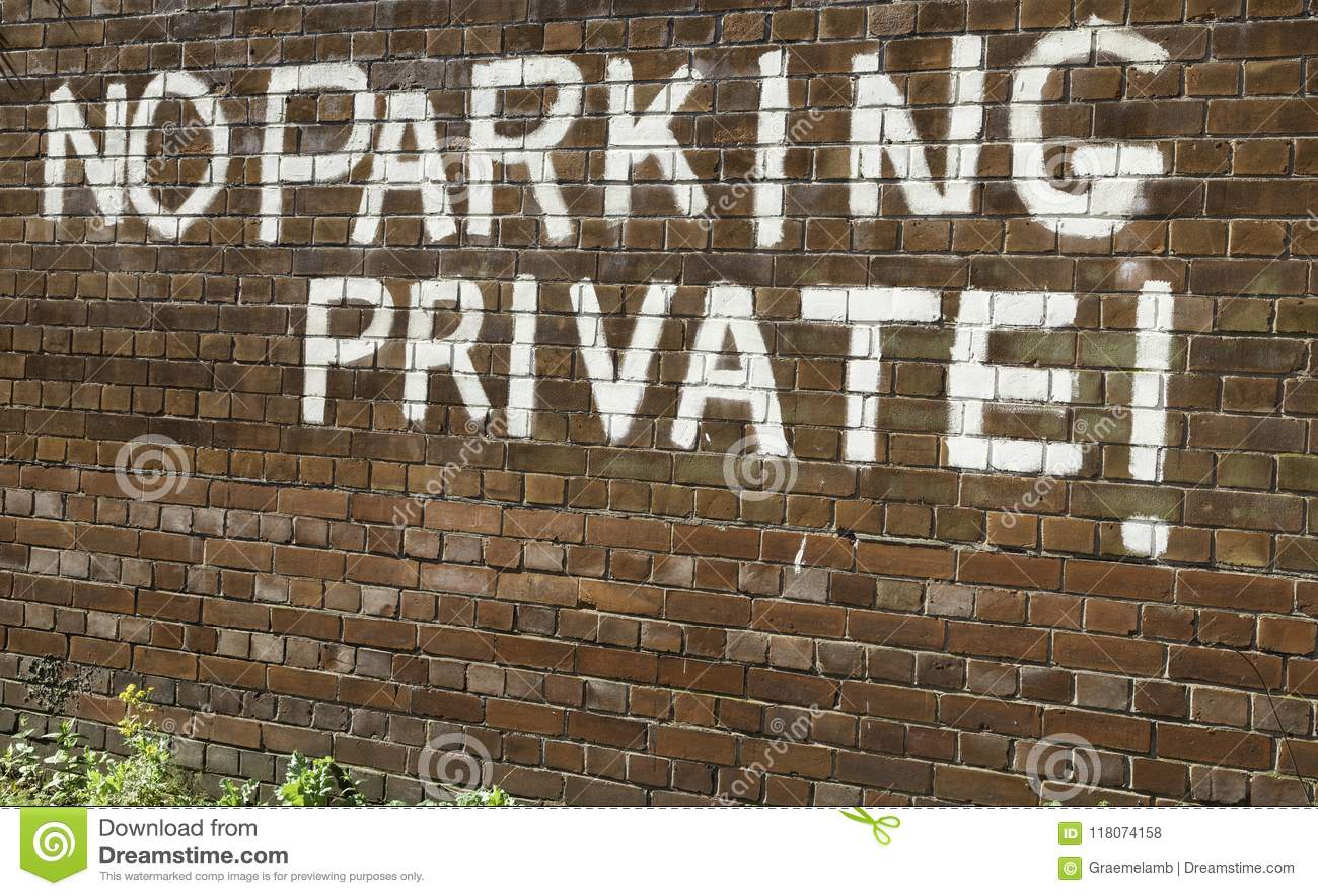 Privé de stationnement interdit peint dans de grandes majuscules blanches à un b
