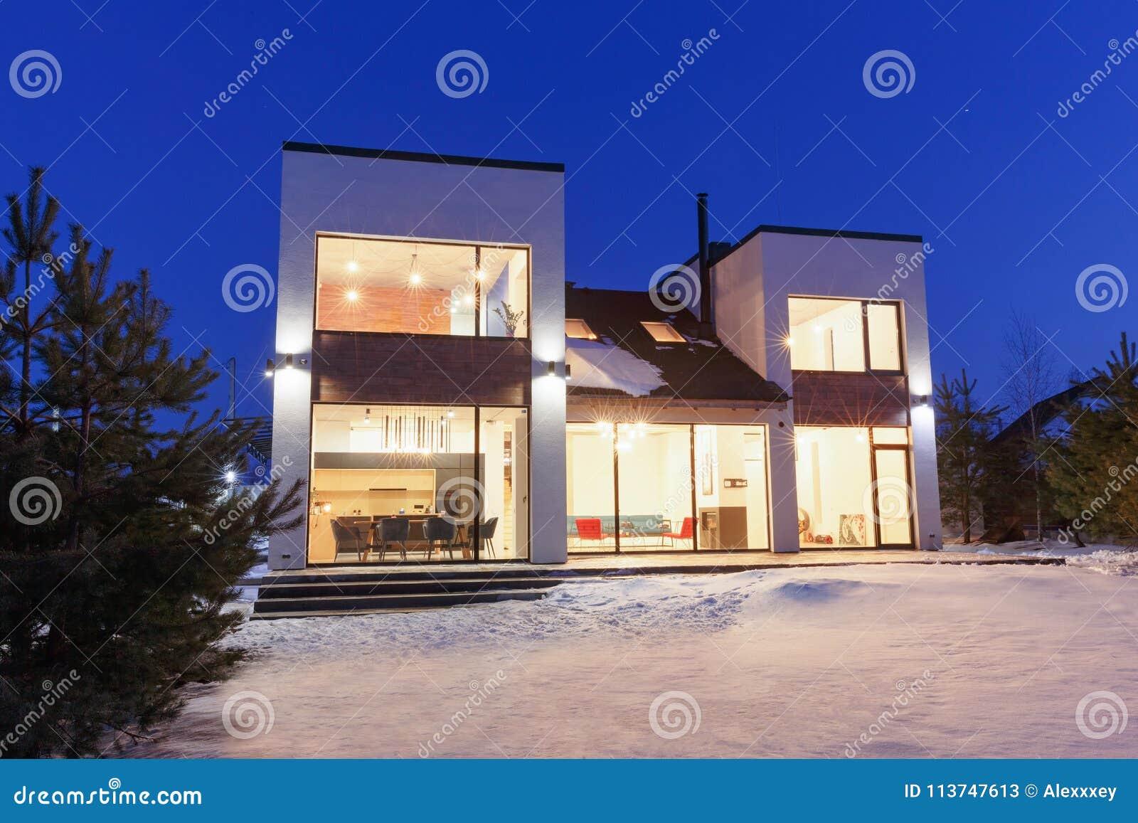 Privé huis met panoramische vensters in een moderne stijl op een