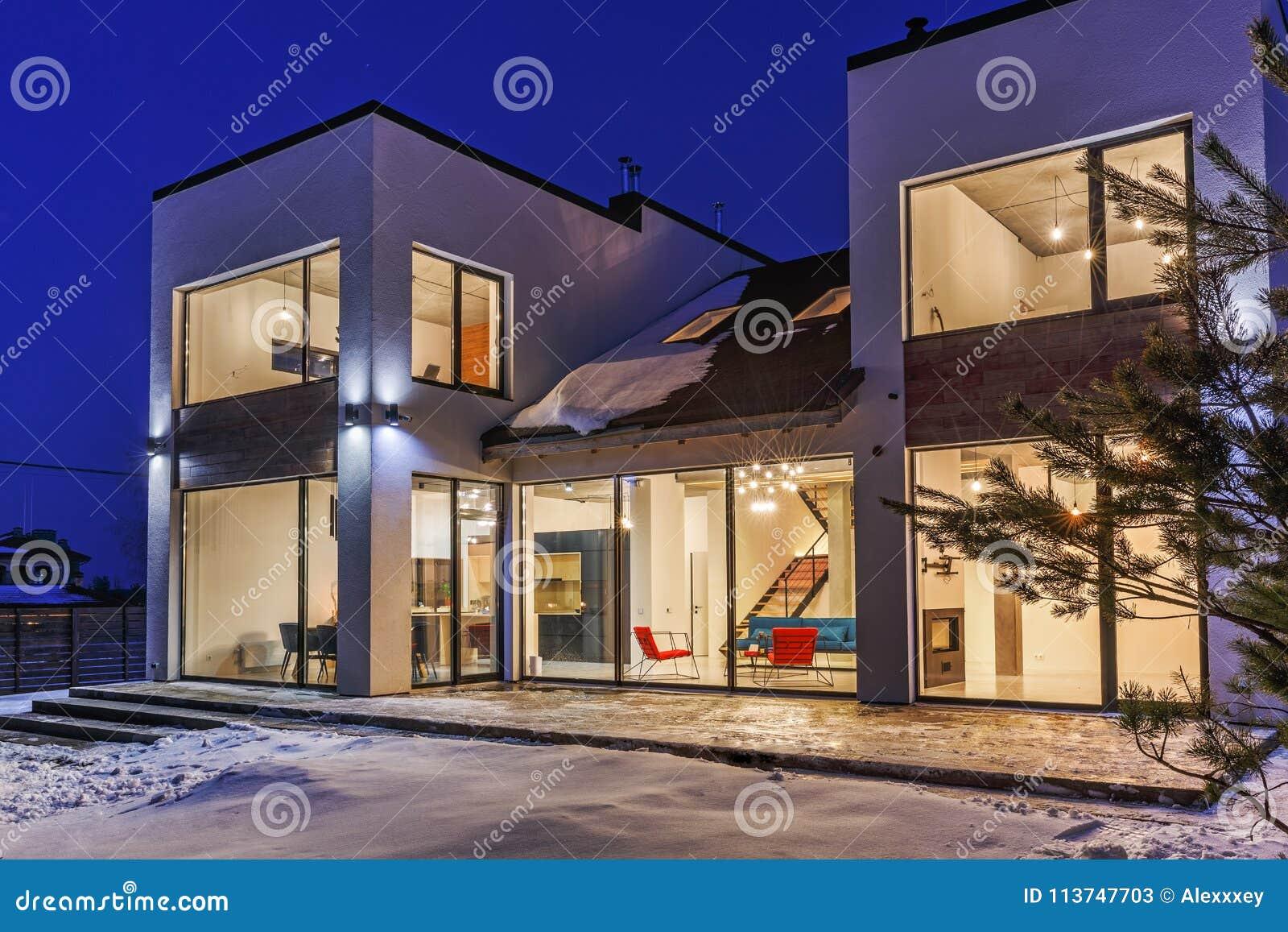 Privé huis met panoramische vensters in een moderne stijl op een rug