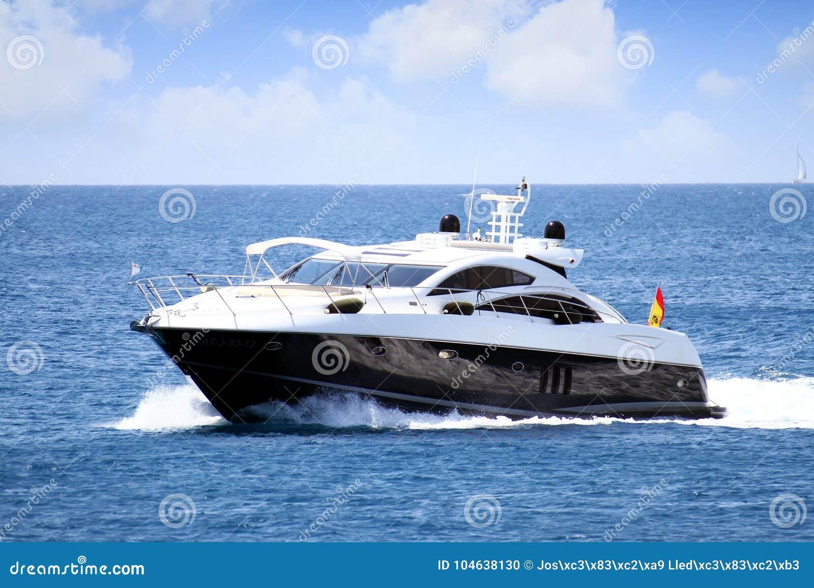 Download Privé Mooi Jacht Die Snel Dicht Bij De Kust Van Alicante In Spanje Varen Redactionele Afbeelding - Afbeelding bestaande uit nearsighted, achtergrond: 104638130
