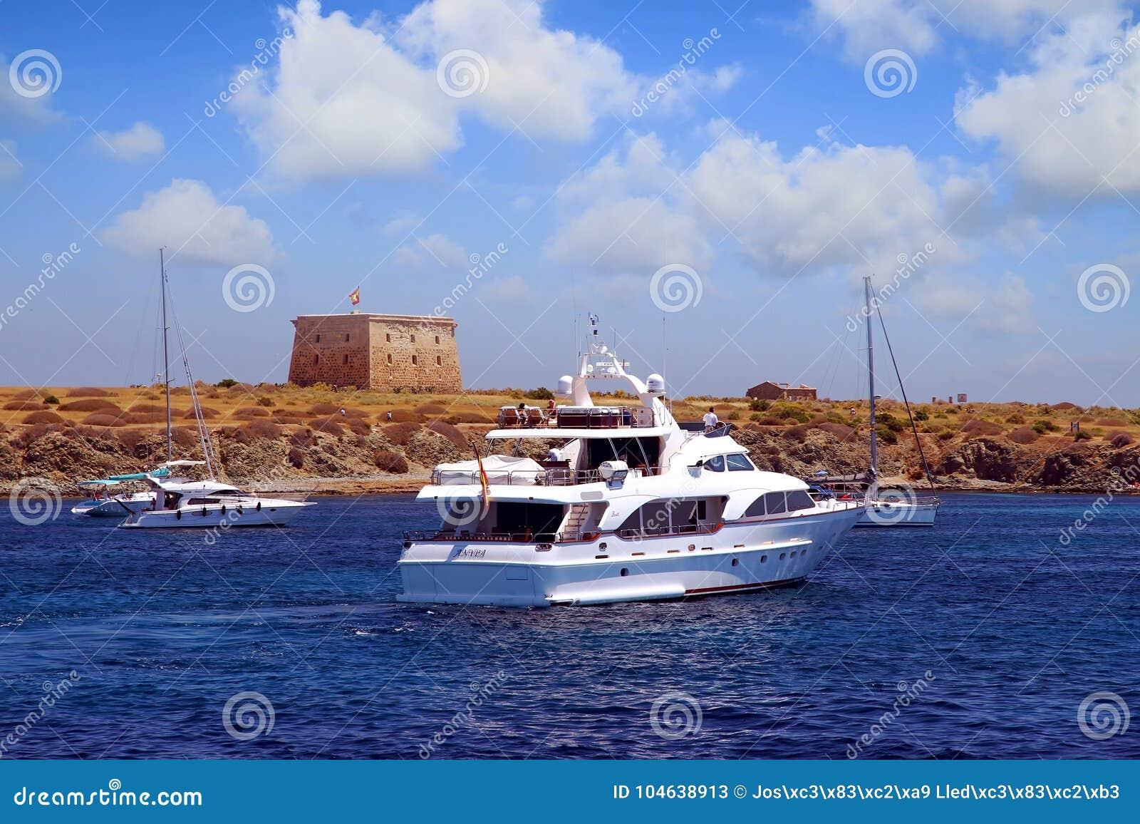 Download Privé Motorjacht Die Aan Ankerplaats In Tabarca-eiland Naderbij Komen Redactionele Stock Foto - Afbeelding bestaande uit vakantie, cruising: 104638913
