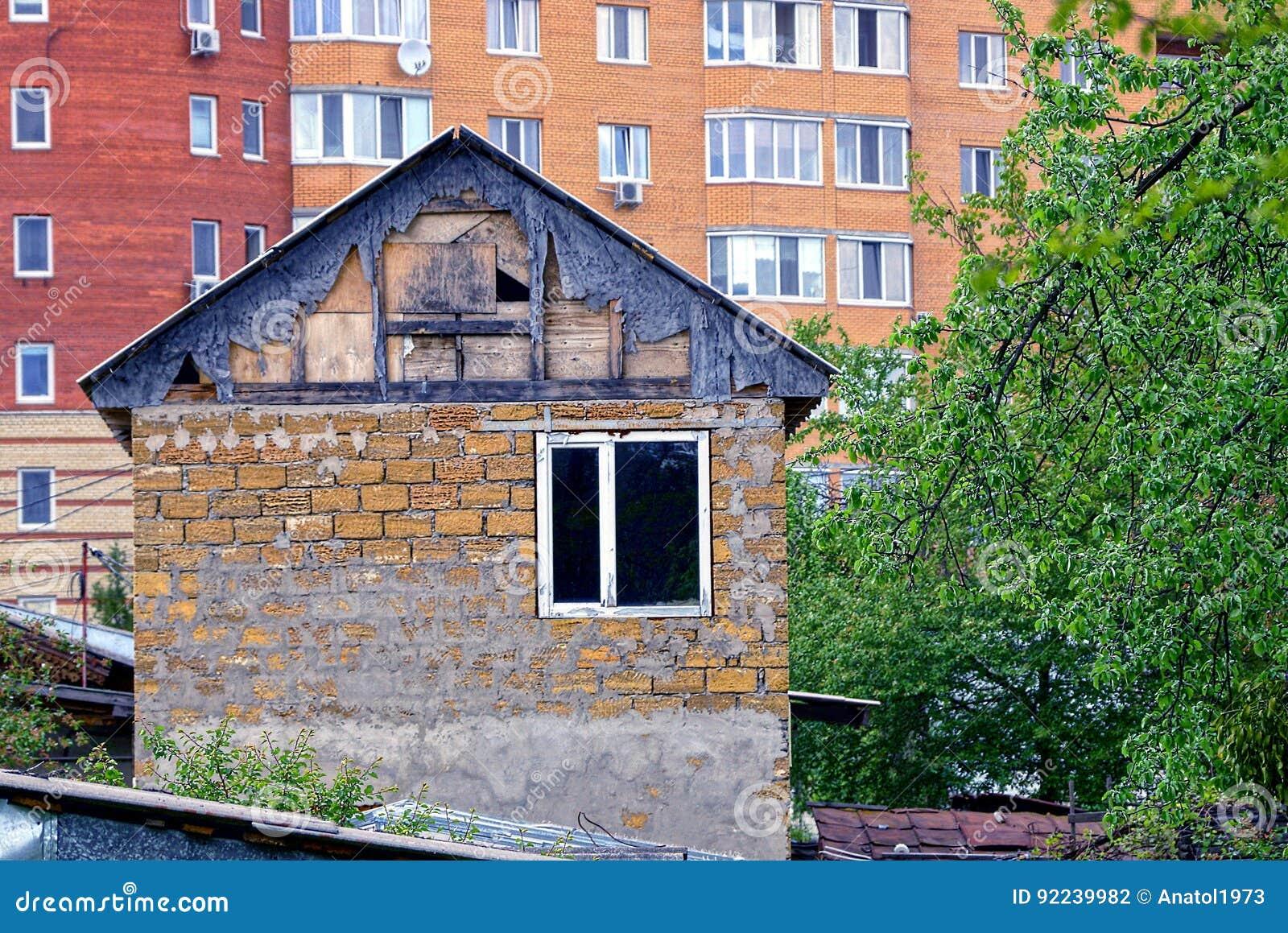 Privé oud één verhaal huis op de achtergrond van een multi flat