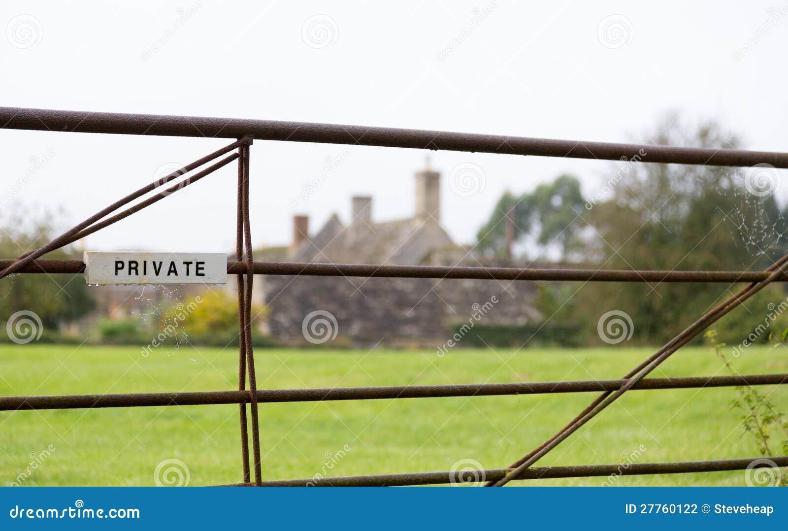 Privés blancs se connectent la porte de ferme