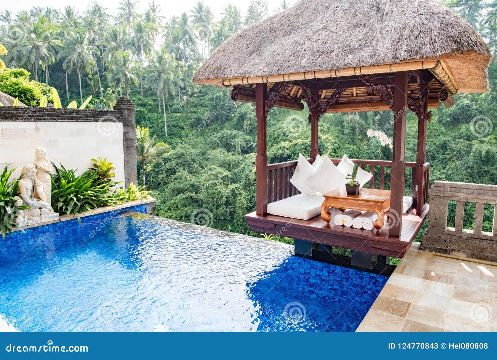 Privat pöl i balinesesemesterortvicekonungen, Ubud, Bali, hotell på kanten av rainforesten i Ubud