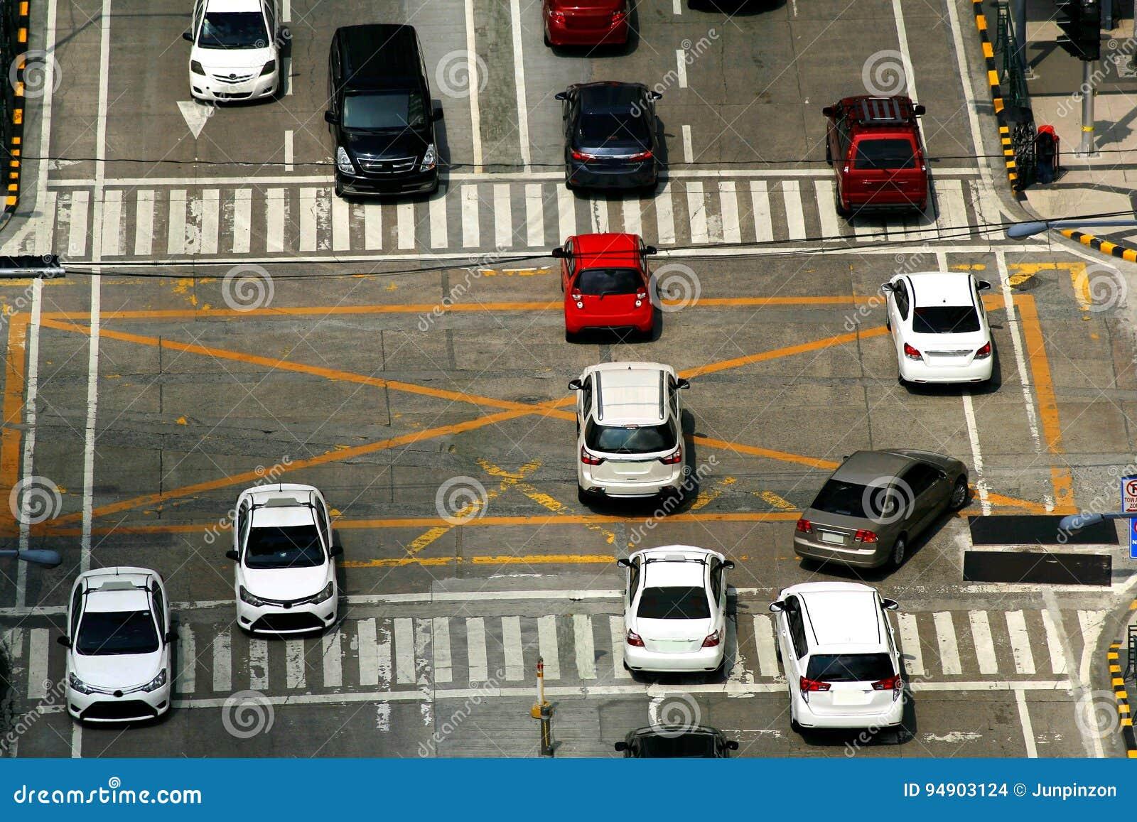 Privata och offentliga bilar på en genomskärning