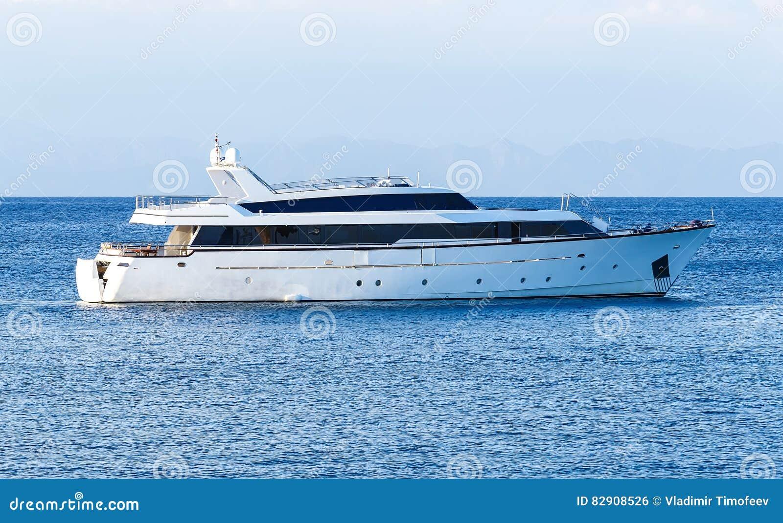 Private Bewegungsluxusyacht laufend auf tropischem Meer mit Bugwelle