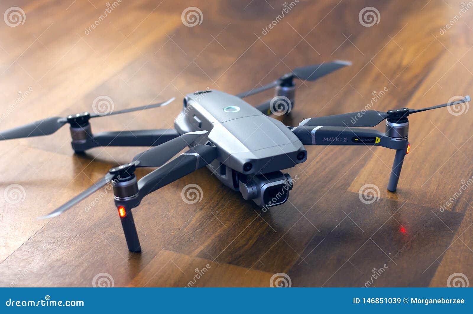 Pro DJI zangão de Mavic 2 na terra, no UAV novo do prosumer para a fotografia e no vídeo