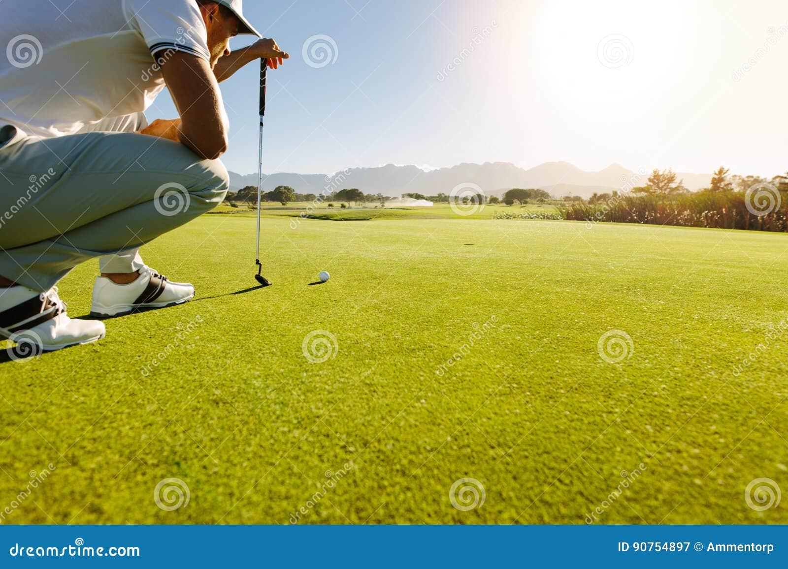Pro-golfspelare som siktar skottet med klubban på kurs