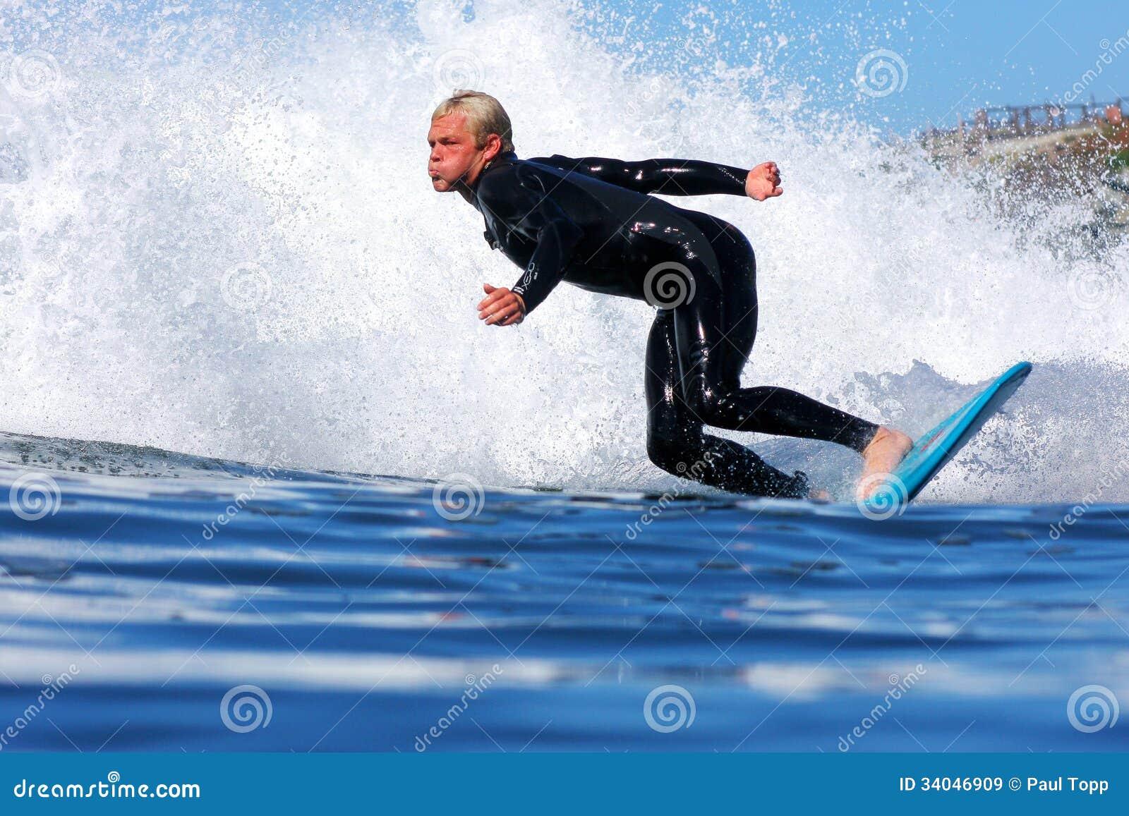 Pro surfer Ryan Augenstein Riding une vague en Californie