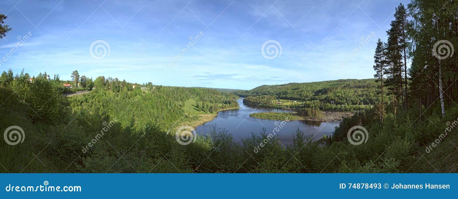 Probabilidade panorâmico no rio Naemforsen em Naesaaker na Suécia