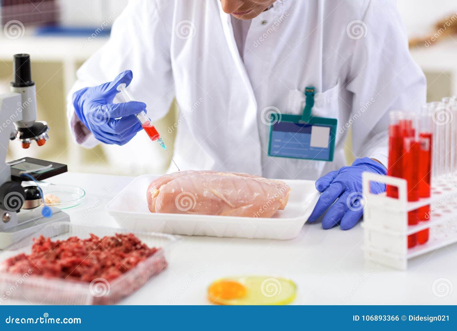 Probe der Chemikalie mit Einspritzung herein zum Testhuhn setzen