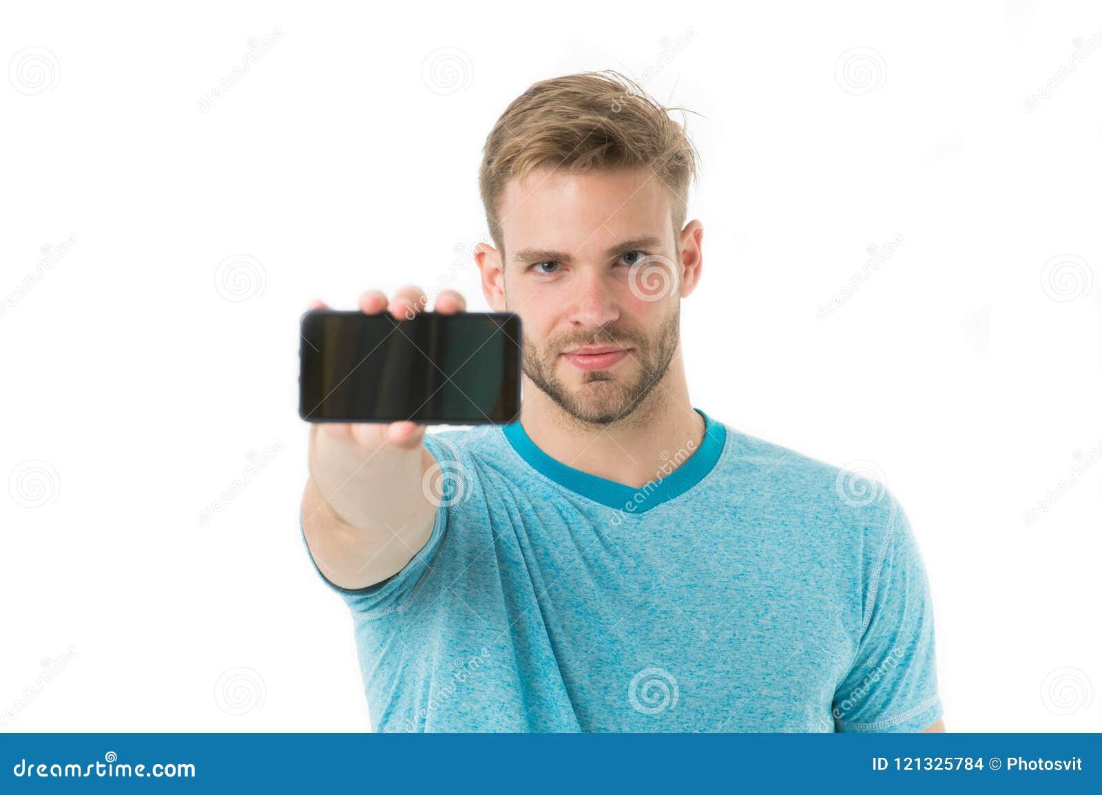 Probeer mobiele versie De mens neemt voordelen online mededeling Gebruiker van kerel de gebaarde smartphone De kerel toont u smar
