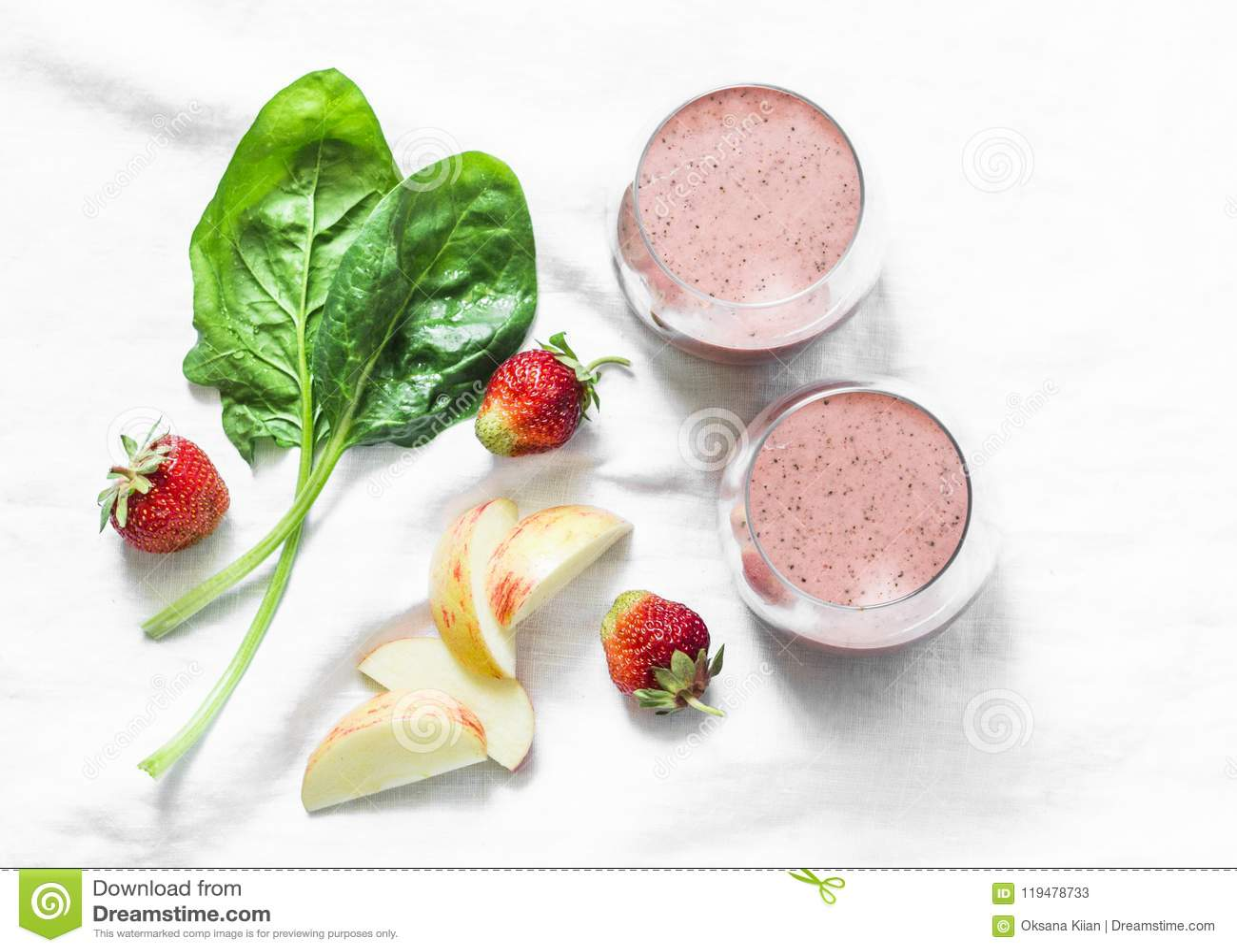 Probiotic γιαούρτι καρύδων, σπανάκι, μήλο, καταφερτζής φραουλών detox σε ένα ελαφρύ υπόβαθρο, τοπ άποψη Υγιής έννοια τροφίμων δια