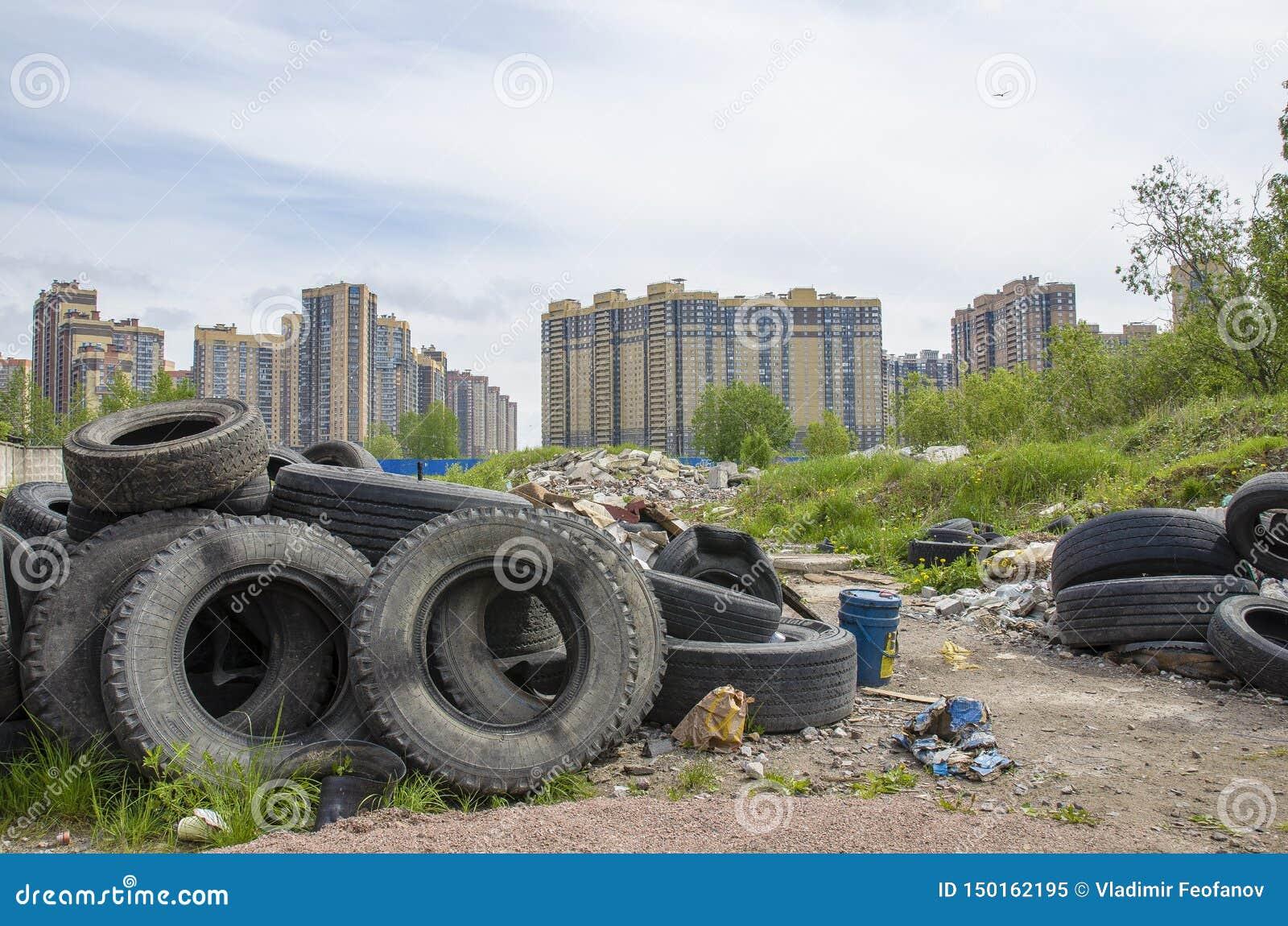 Probleem van stortplaats, het probleem van milieuvervuiling en afvalverwerking in grote steden huisvuil in woonwijken