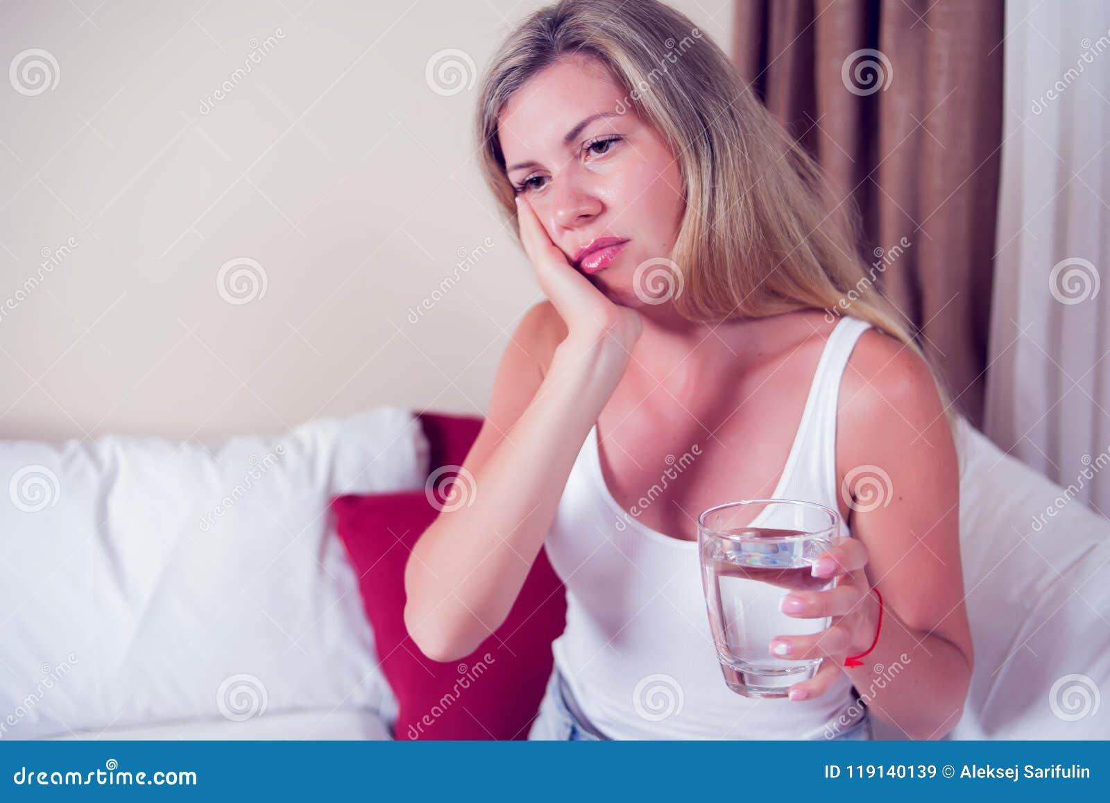 Problema de los dientes Dolor de diente de la sensación de la mujer Feeli femenino atractivo