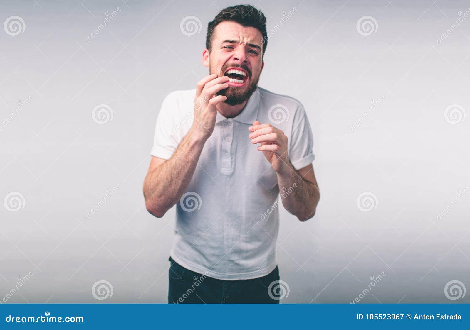 Problema dei denti Dolore di dente di sensibilità dell uomo Primo piano del ragazzo barbuto che soffre dal forte dolore di dente