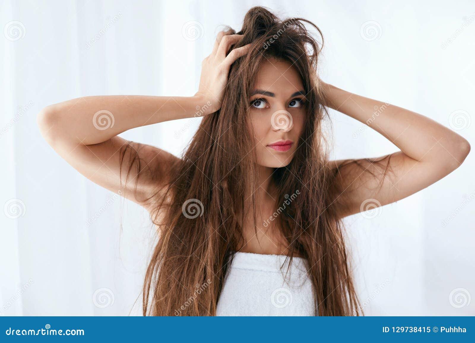 Problema do cabelo Mulher com cabelo longo seco e danificado