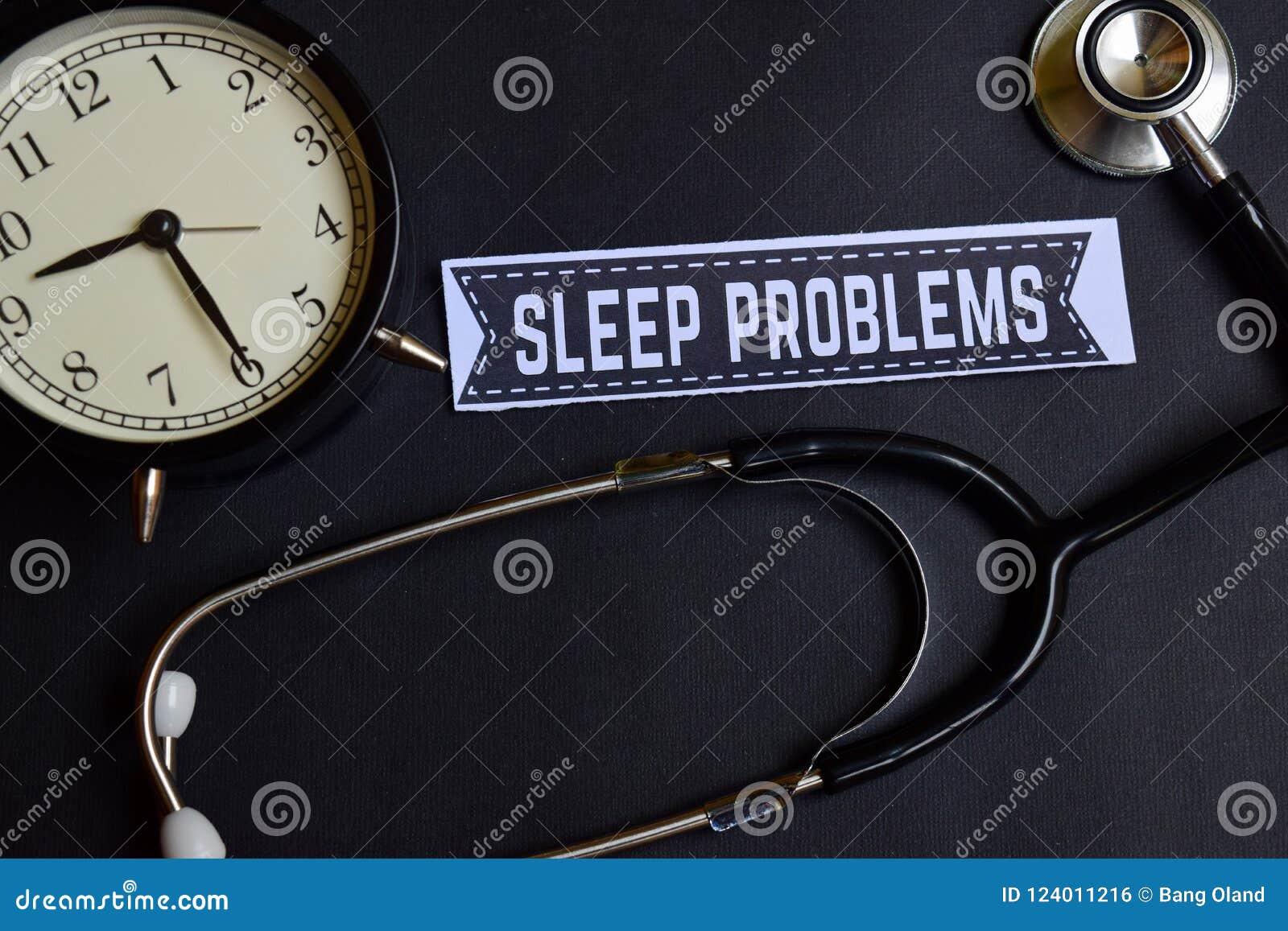 Problemas do sono no papel com inspiração do conceito dos cuidados médicos despertador, estetoscópio preto