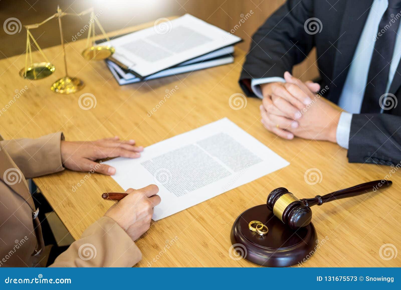 Problemi delle coppie che si siedono un martelletto dorato del giudice delle fedi nuziali di matrimonio che decide sui documenti