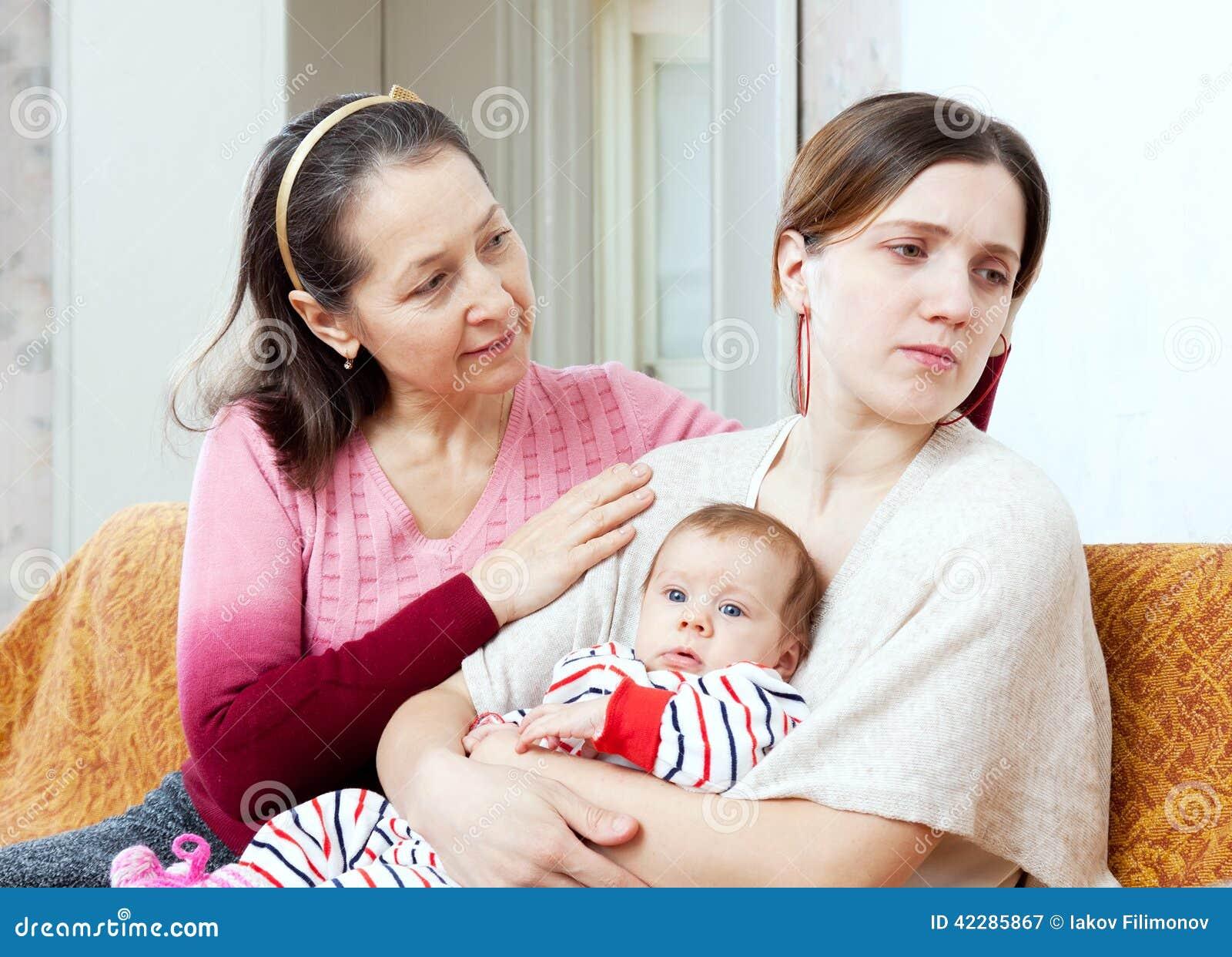 Problemi femminili La madre matura chiede il perdono da daught