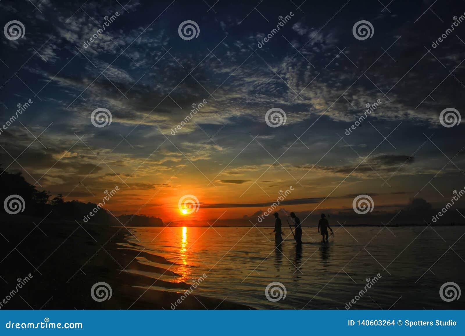 Probolinggo Indonesien 6. Juli 2016 Schattenbild von Fischern wenn die Sonnenaufgänge auf dem Strand