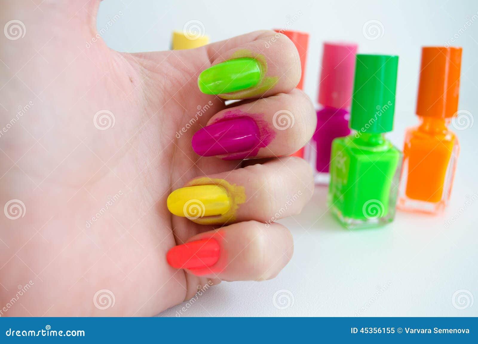 Procédé de manucure? Les mains de femelle?