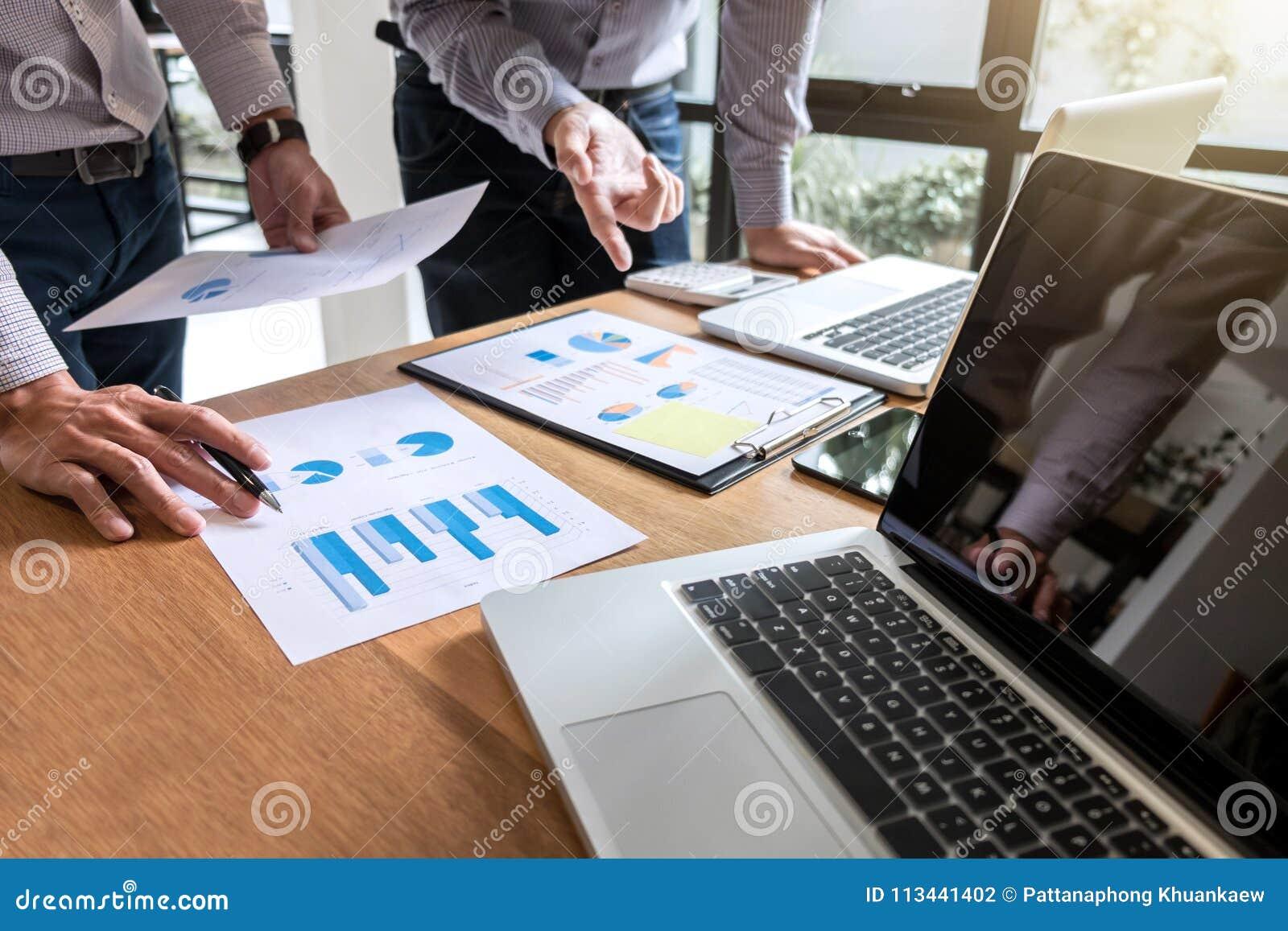 Procédé de travail d équipe, discussi de collègues de directeurs de l équipe deux d affaires