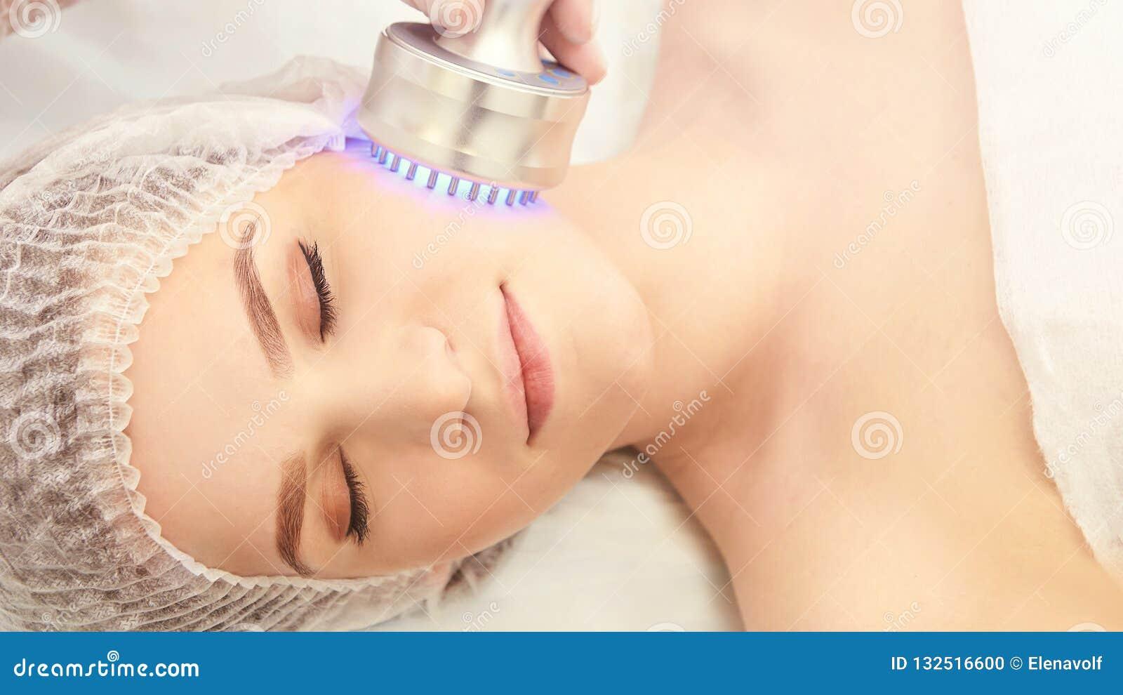 Procedimento claro da terapia Cure o tratamento da beleza Dispositivo do facial da mulher Anti idade e enrugamento