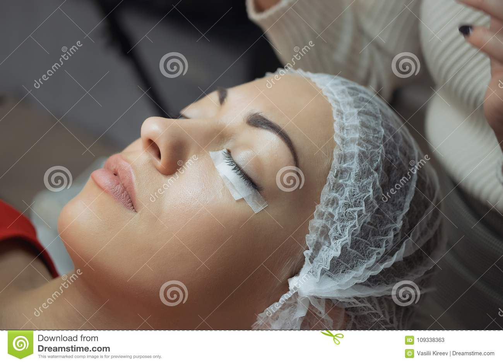 Procedimiento de la extensión de la pestaña Ojo de la mujer con las pestañas largas
