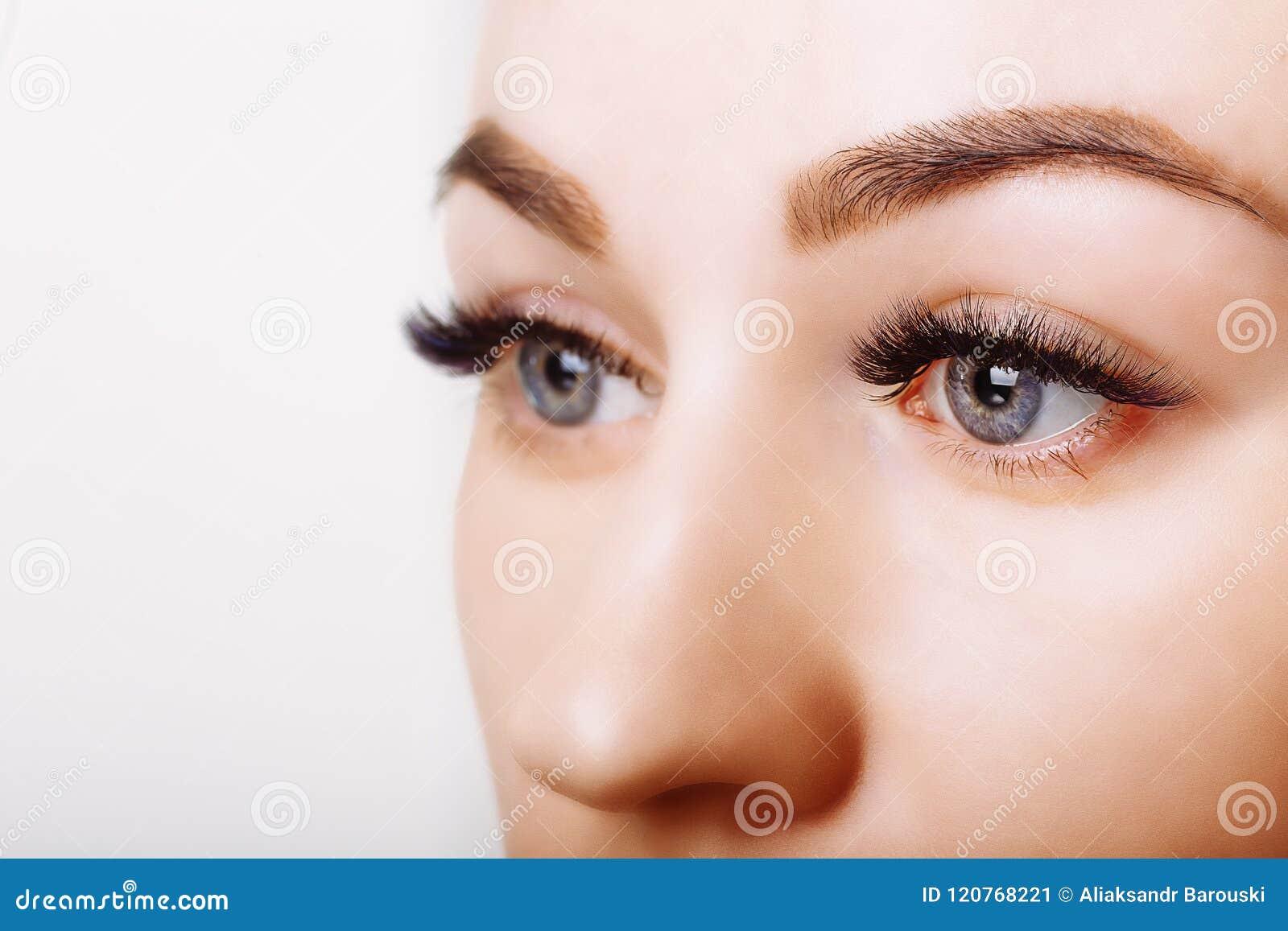 Procedimiento de la extensión de la pestaña Ojo de la mujer con las pestañas largas Ciérrese para arriba, foco selectivo