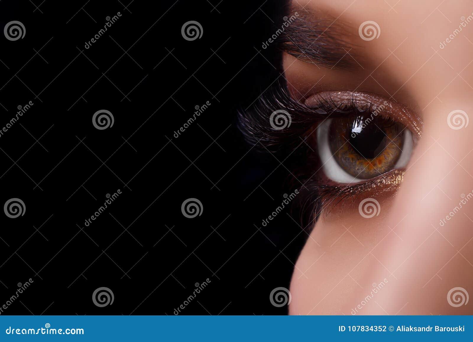 Procedimiento de la extensión de la pestaña Ojo de la mujer con las pestañas largas después del procedimiento de la extensión Pes