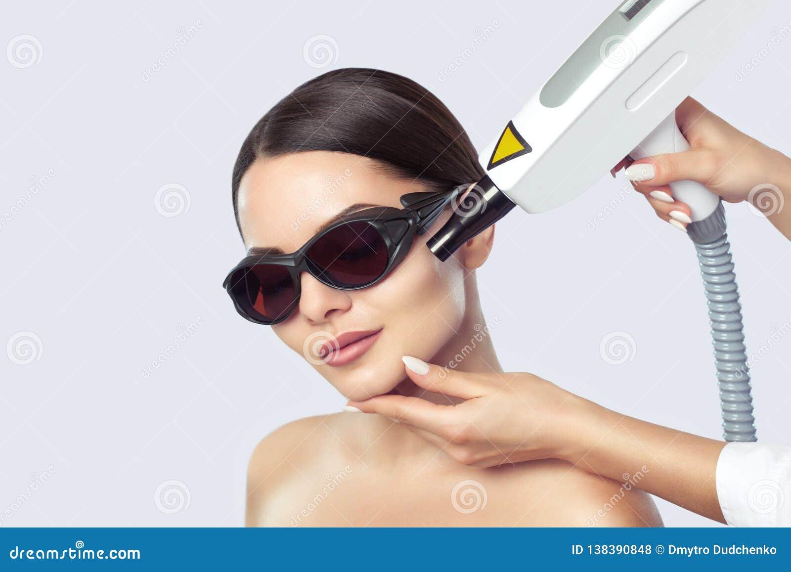 Procedimiento de la peladura de la cara de carbono en un salón de belleza