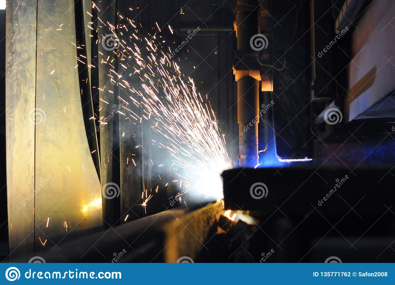 Proces die om metaal te snijden plasmasnijmachine met behulp van