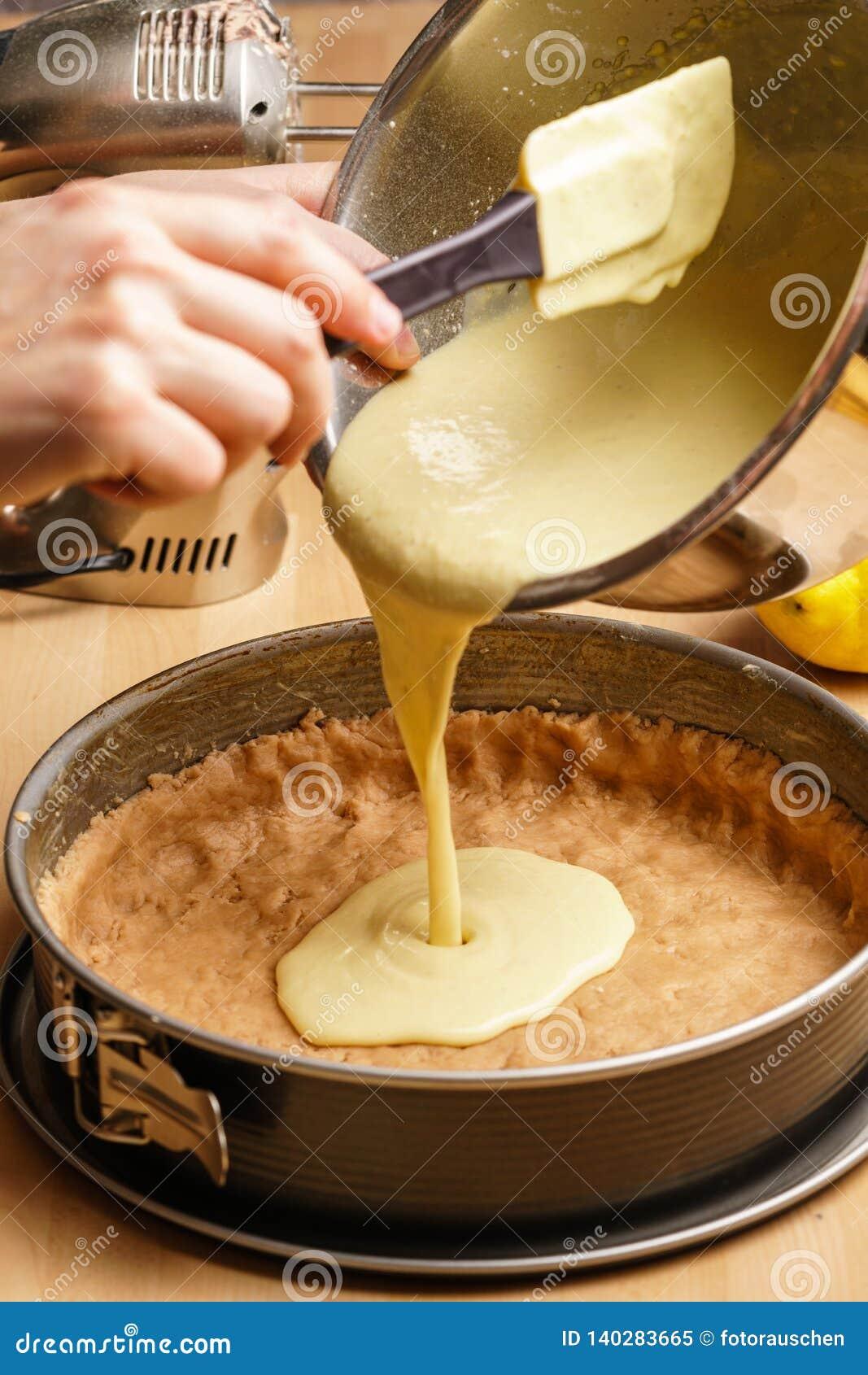 Proces om een heerlijke citroenkaastaart te maken - gietend deeg